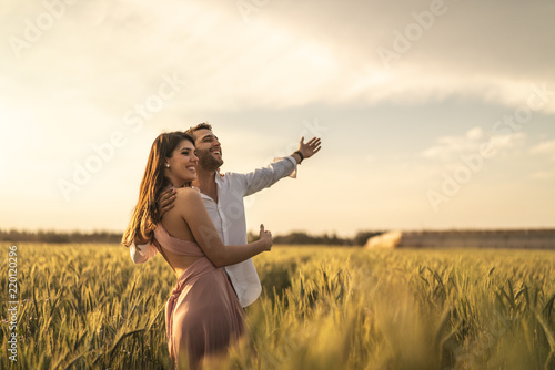 Stampa su Tela  Romantic Couple on a Love Moment at gold wheat field