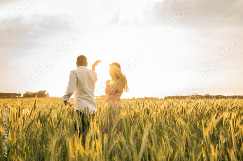 Obraz na plátně  Romantic Couple Dancing on Love Moment at gold wheat field