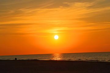 Zachód słońca na piaszczystej plaży