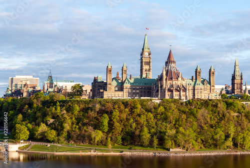 In de dag Canada Sunset on Parliament Hill - Ottawa, Ontario, Canada. Its Gothic revival suite of buildings is the home of the Parliament of Canada.