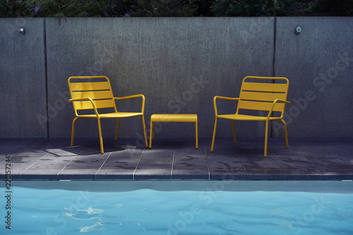 Fotografía  Yellow chairs and table in the pool side