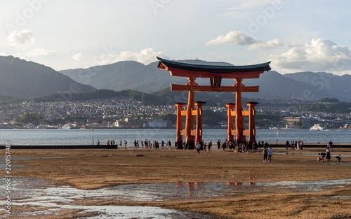Fotografie, Obraz  El Santuario Itsukushima (厳島神社 Itsukushima-jinja?) es un santuario sintoísta situado en la isla de Itsukushima, cerca de la ciudad de Hatsukaichi, en la prefectura de Hiroshima, en Japón
