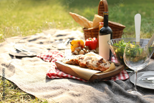 Türaufkleber Picknick Blanket with food prepared for summer picnic outdoors