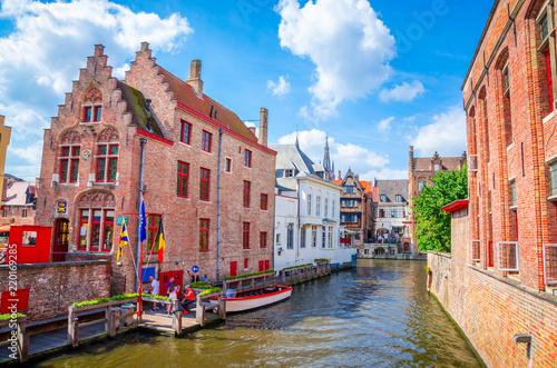 Naklejka premium Piękny kanał i tradycyjne domy na starym mieście w Brugii (Brugge), Belgia