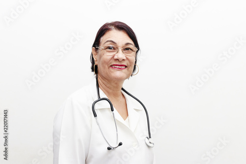 Photo  Portrait of senior Brazilian woman doctor with stethoscope