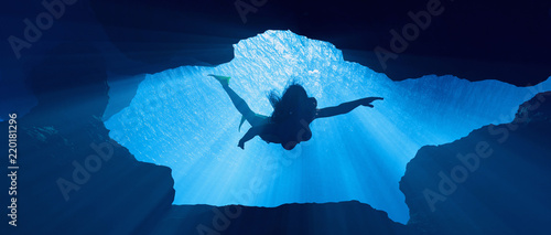 Fotomural Diver swimming underwater
