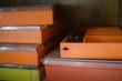 Farbenfrohe Boxen für die Aufbewahrung kleiner Gegenstände wie Schrauben, Bohrköpfe oder Nägel