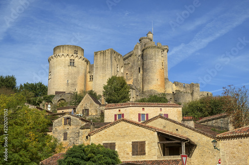 Foto  View of  historic Chateau de Bonaguil near Fumel on a sunny autumn afternoon in