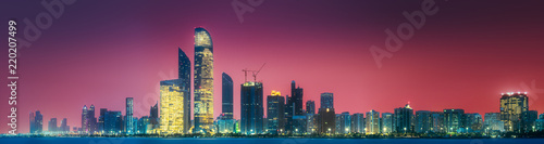 Photo Panorama view of Abu Dhabi Skyline at sunset, UAE