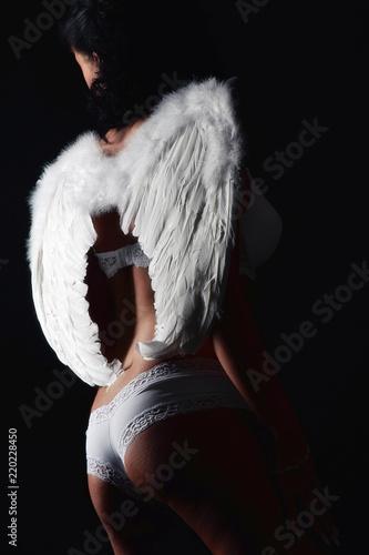 Obraz frau stehend erotisch unterwäsche und engelsflügel flügel sexy verführung - fototapety do salonu
