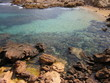 Agua cristalina rodeada de rocas