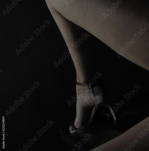 42e53fe031f1e0 attraktive schlanke schöne frauen beine mit nagellack und high heels schnürr  schuhen