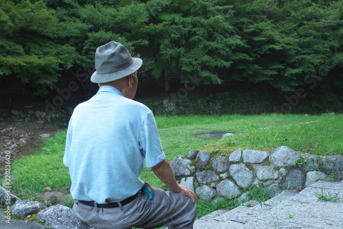 Valokuva  老人・男性・座る - Old man sitting in the wood