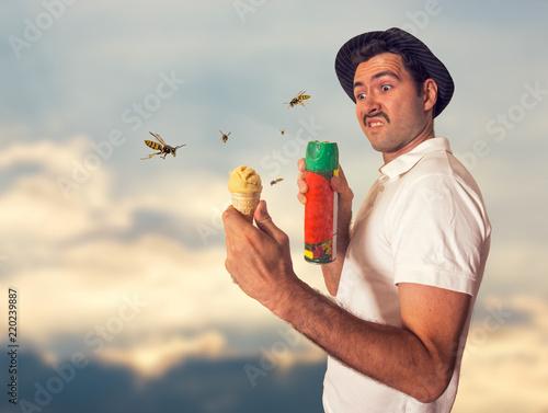 Mann wehrt Wespen mit Spray ab Canvas Print