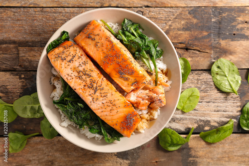 Foto baked salmon with rice and spinach