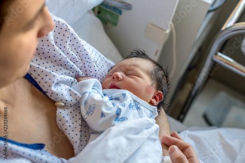 Bebé recién nacido descansando en los brazos de la madre Canvas-taulu
