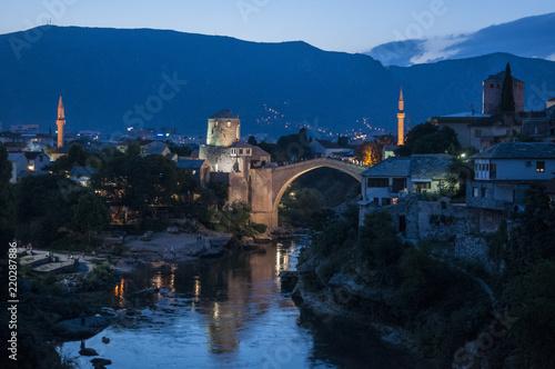 Poster Artistique Mostar: vista notturna dello Stari Most (Ponte Vecchio), ponte ottomano del XVI secolo, simbolo della città, distrutto il 9 novembre 1993 dalle forze militari croate durante la guerra croato-bosniaca