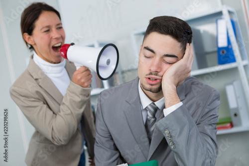 Obraz angry boss screaming at lazy worker - fototapety do salonu
