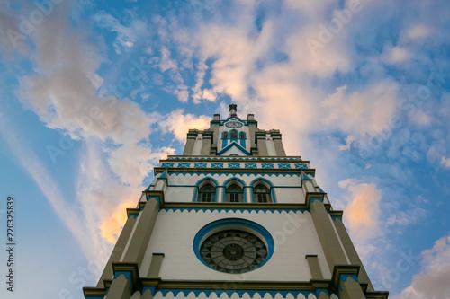 Cuadros en Lienzo Torre da Igreja Santa Otília, com belo céu azul ao fundo, em Orleans - Santa Cat