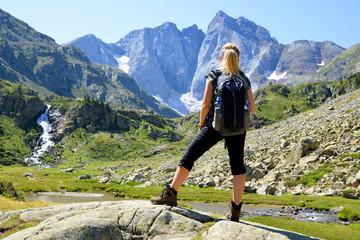 Turysta patrząc na najwyższą górę masywu francuskich Pirenejów. Vignemale. Occitanie na południu Francji.