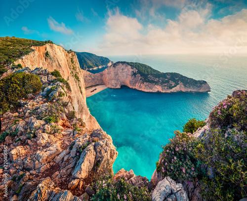 kolorowy-wiosna-widok-navagio-plaza-z-wrakiem-statku-pogodny-ranku-seascape-morze-jonskie-zakynthos-wyspa-grecja-europa-zante-piekno-przyrody