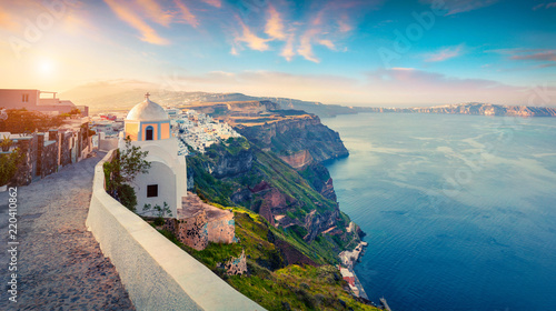 La pose en embrasure Santorini Sunny morning panorama of Santorini island. Picturesque spring sunrise on the famous Greek resort Thira, Greece, Europe. Traveling concept background. Artistic style post processed photo.