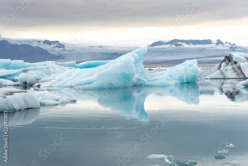 Foto auf Gartenposter Antarktika Jökulsárlón glacier lagoon with refelctions of a ice rock in the water an the glacier in the background of the jökulsarlon