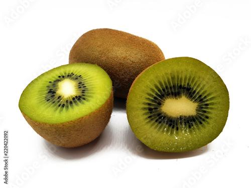 Kiwi Frucht freigestellt auf weißem Hintergrund