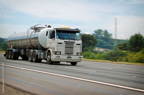 Fotografía  big old white tanker speeding on major highway