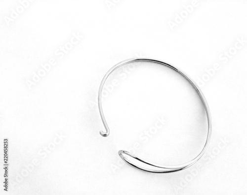 Fotografie, Obraz  bracelet de femme jonc en acier,isolé,