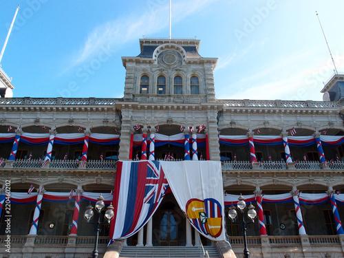 Photographie  Iolani Palace covered in Hawaii State and Hawaiian Kingdom Flags