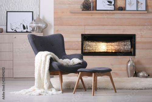 Carta da parati  Cozy living room interior with comfortable furniture and decorative fireplace