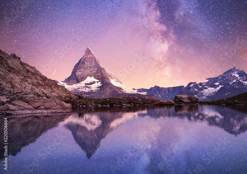 Платно Matterhorn and reflection on the water surface at the night time