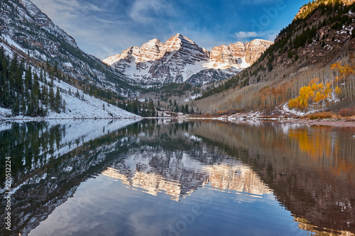 Poster Marron chocolat Maroon Bells and Maroon Lake landscape