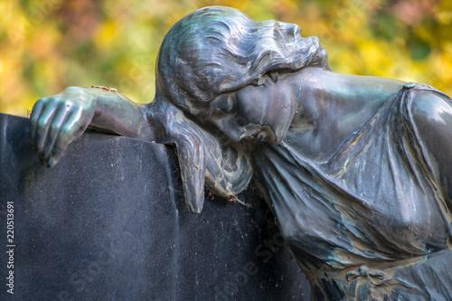 Foto op Aluminium Historisch mon. Grabstatue auf dem Friedhof