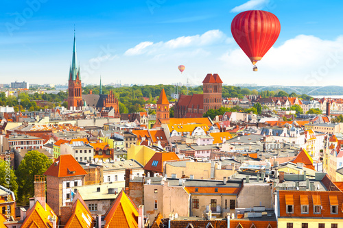Montage in der Fensternische Historisches Gebaude Aerial panoramic view of historical buildings and roofs in Polish medieval town Torun