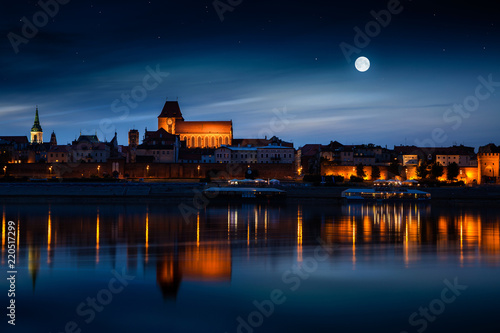 Fotografía Old town reflected in river at sunset. Torun, Poland
