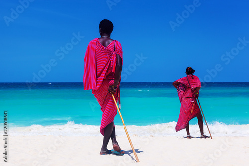 In de dag Zanzibar Two maasai warriors looking on ocean.