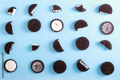 Foto op Plexiglas Koekjes Chocolate cream filling sandwich cookies
