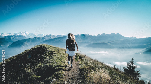 persona haciendo senderismo en la montaña Wallpaper Mural