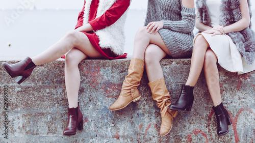 Fotografía  Three women presenting shoes outdoor