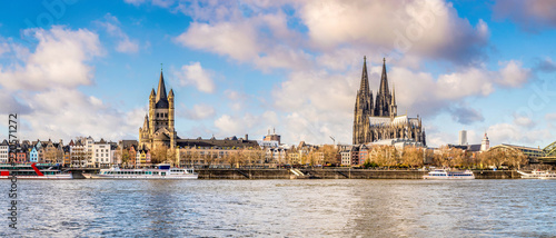Tableau sur Toile Panorama of the skyline of Cologne with Rhine and Cologne Cathedral