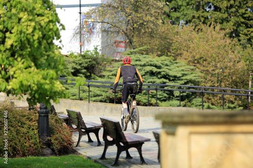 Obraz Brudny rowerzysta jedzie przez park w Opolu. - fototapety do salonu
