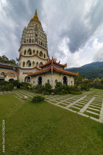 Foto op Plexiglas Bedehuis Up view on the 'Penang' and bouddhist temple called 'Kek Lok Si' in Chinese from the high land garden. 'Kek Lok Si' means