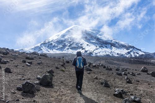 fototapeta na szkło Voyageur devant le volcan Chimborazo, Équateur