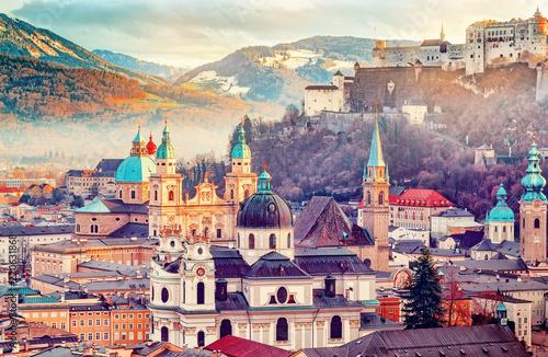 Fototapeta premium Salzburg, Austria, Europa. Miasto narodzin Mozarta w Alpach. Panoramiczny widok na panoramę Salzburga z Festung Hohensalzburg i jesienią. Słynne miasto i popularny cel podróży międzynarodowych.