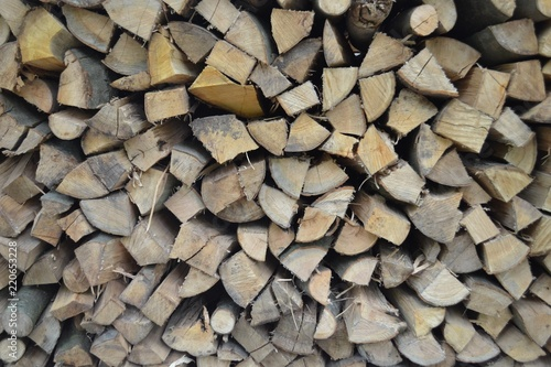 Photographie  Closeup photograph of neatly stacked firewood, mostly quarter logs
