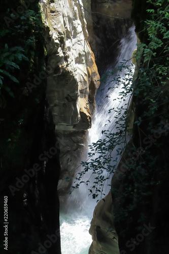 Valokuva  Torrente con acqua e Roccia dell' Orrido di Bellano in Lombardia, Italia
