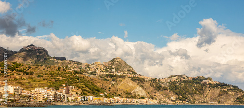 Tuinposter Blauw Sicilian landscape with amazing turquoise water. Mediterranean resort Giardini Naxos panoramic view.
