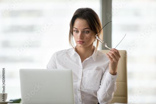 Shocked surprised businesswoman amazed by reading unbelievable online breaking n Canvas-taulu